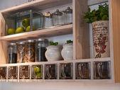 Mooie klassieke keuken planken en specerijen rek — Stockfoto
