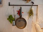 Keuken decoratie met hangende potten en pannen — Stockfoto
