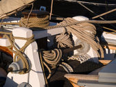Ipler bir yelkenli tekne — Stok fotoğraf