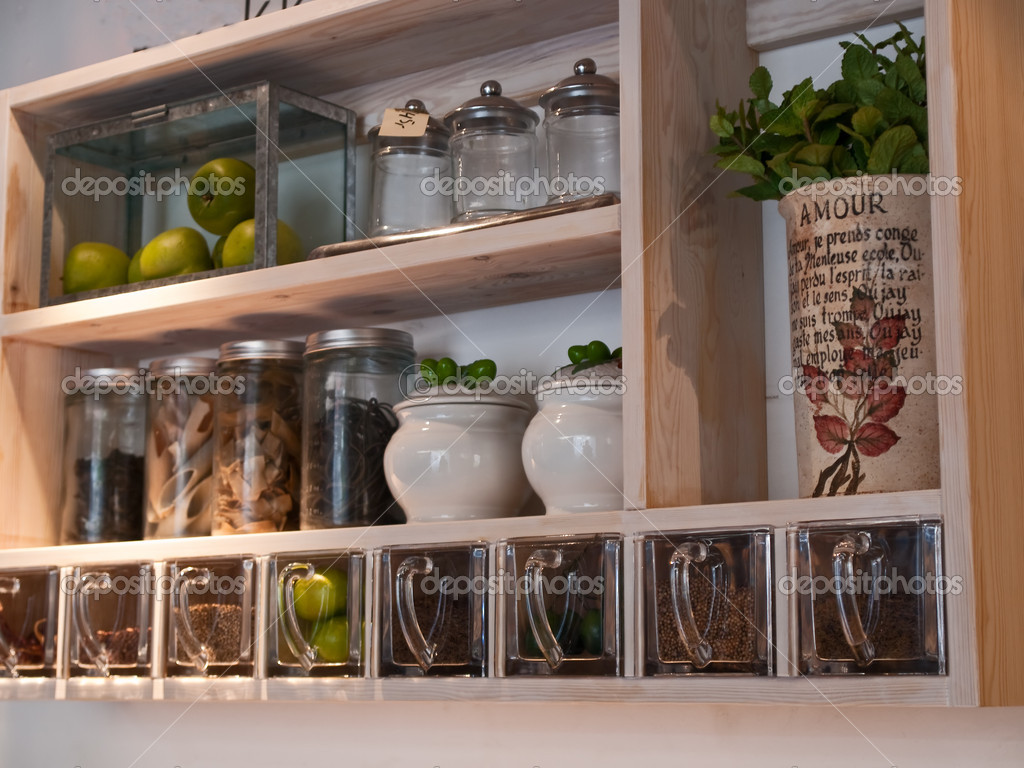Vackra klassiska kök hyllor och kryddor rack — stockfotografi ...