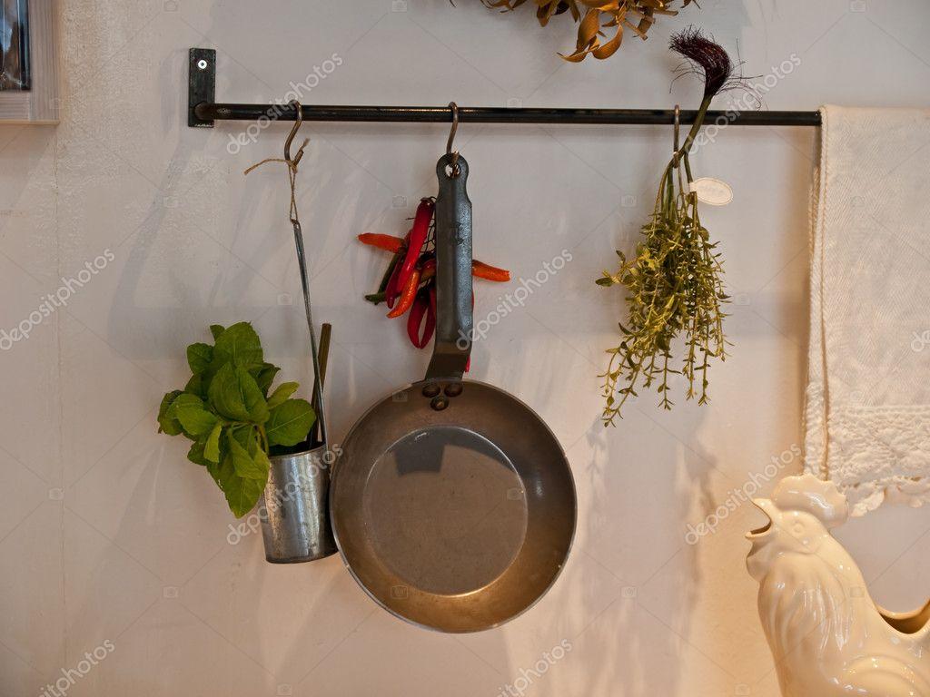 Kök dekoration med hängande köksredskap — stockfotografi ...