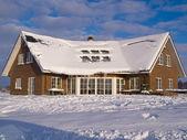 Hermosa casa modernista en invierno — Foto de Stock