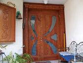 Mooie decoratieve hand gesneden houten glazen deur — Stockfoto