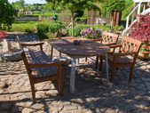 Formele tuin meubilair in een patio — Stockfoto