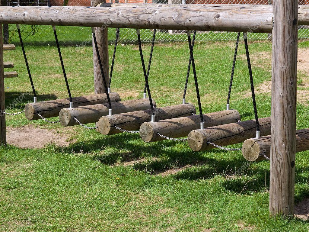 Columpios de madera en un patio de recreo foto de stock - Columpios para ninos de madera ...