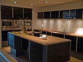 Moderne trendy design zwarte houten keuken — Stockfoto