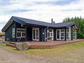 Moderne design aantrekkelijke houten huis — Stockfoto