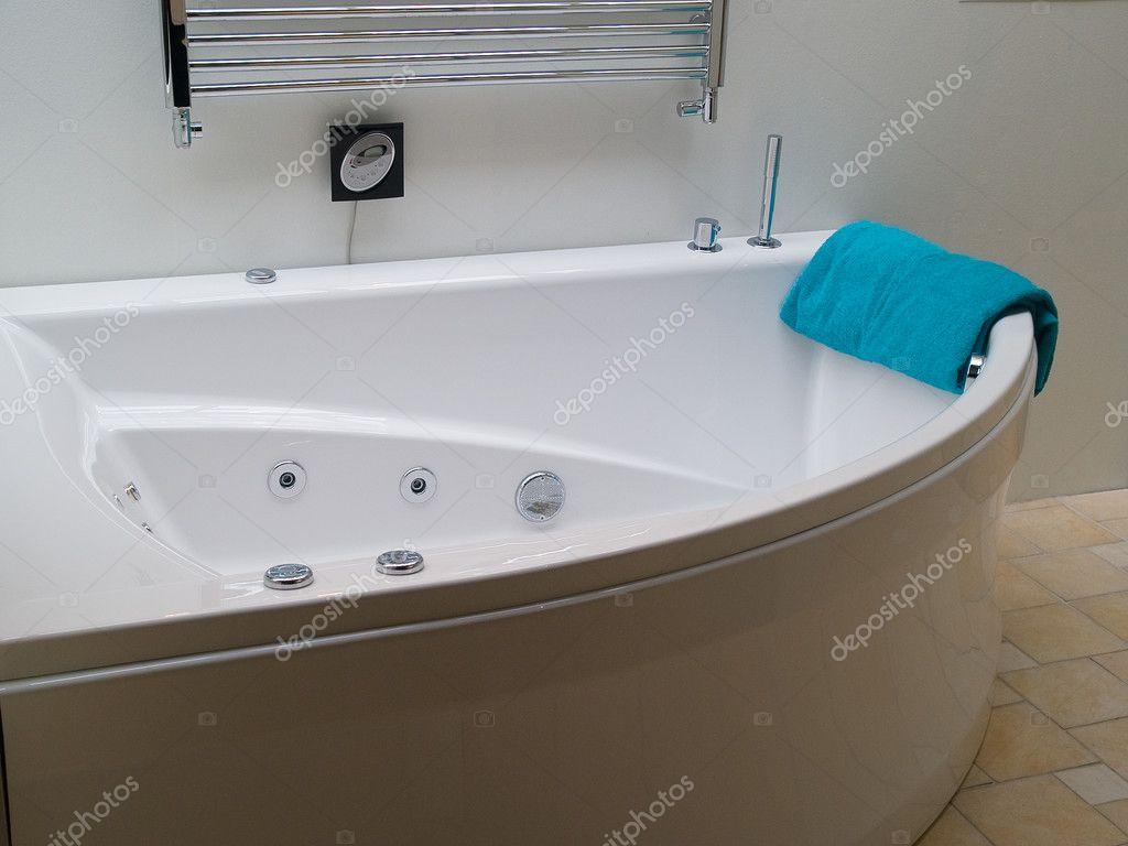 Bañera jacuzzi en un moderno cuarto de baño moderno — foto de ...