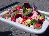 在水槽里街道装饰花卉 — 图库照片