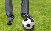 草の上にボールを忙しさ男性 playinng — ストック写真