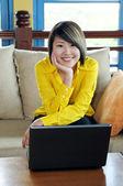 Mujer joven feliz con el ordenador portátil — Foto de Stock