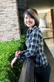 Sevimli genç bir kadın gülümsüyor — Stok fotoğraf