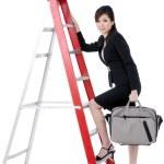 aantrekkelijke zakenvrouw klimmen ladder — Foto de Stock
