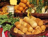 Traditional polish oscypek cheese on market in Krakow — Stock Photo