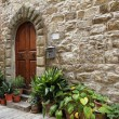 Idyllic entrance to the tuscan house — Stockfoto