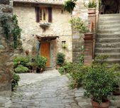 Courtyard in tuscan village — Stock Photo
