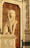 Antique marble lion statue — Stock Photo