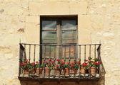 Idyllischer balkon mit roten blüten — Stockfoto