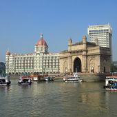 Gate of India and hotel Taj Mahal Palace in Mumbai — Stock Photo