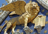 Winged venetian lion -detail of the facade of basilica San Marco — Stock Photo