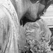 Child in mother's arms - cemetery statue - Foto Stock