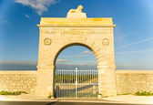 Marble gate - arc to Chateau Leoville-Lascases vineyard in Medoc, France — Stock Photo
