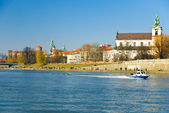 Vistula river with Wawel castle, St. Stanislaus Church at Skałka and Police motorboat in Cracow, Poland — Stock Photo
