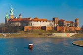Wawel castle and gondola floating on the Vistula river in Cracow, Poland — Foto Stock