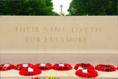 Altar with cross and flowers on the British war cemetery in Bayeux, Normandy, France — Stock Photo