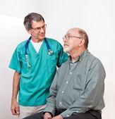 Doktor veya hemşire rahatlatıcı kıdemli erkek hasta — Stok fotoğraf