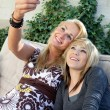 Mother and Teenage Daughter Taking Pictures with Mobile Phone — Stock Photo