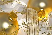 Złote ozdoby świąteczne i wstążki błyszczące — Zdjęcie stockowe