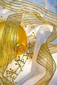 Goldene christbaumkugeln und farbbänder — Stockfoto