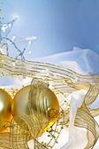 Noel baubles altın ve mavi arka plan — Stok fotoğraf