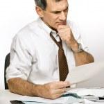 homme confus, lisant une déclaration de projet de loi ou de la Banque — Photo