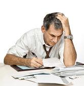 Paiement de factures et de s'inquiéter de l'homme — Photo