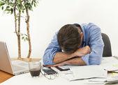 Uomo preoccupato per pagare le bollette e fallimento — Foto Stock