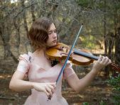 Skrzypce dziewczyna bawi się w lesie — Zdjęcie stockowe