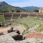 Antique amphitheater Teatro Greco, Taormina — Stock Photo #8979295