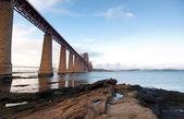 Ileri demiryolu köprüsü yatay, ön plan kayalar — Stok fotoğraf