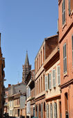 Toulouse in the south of France with typical architecture made of red bricks against bright blue sky - St Sernin basilica — Foto de Stock