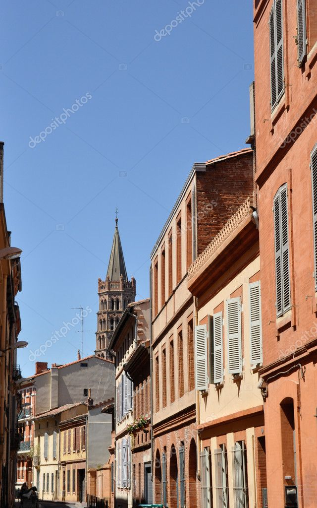 Toulouse in the south of France with typical architecture made of red bricks against bright blue sky - St Sernin basilica — Stock Photo #9617190