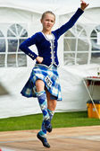 İskoç kız dansçı geleneksel dans performans sergiliyor — Stok fotoğraf