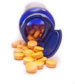 Kutu portakal ilaç üzerinde beyaz izole — Stok fotoğraf