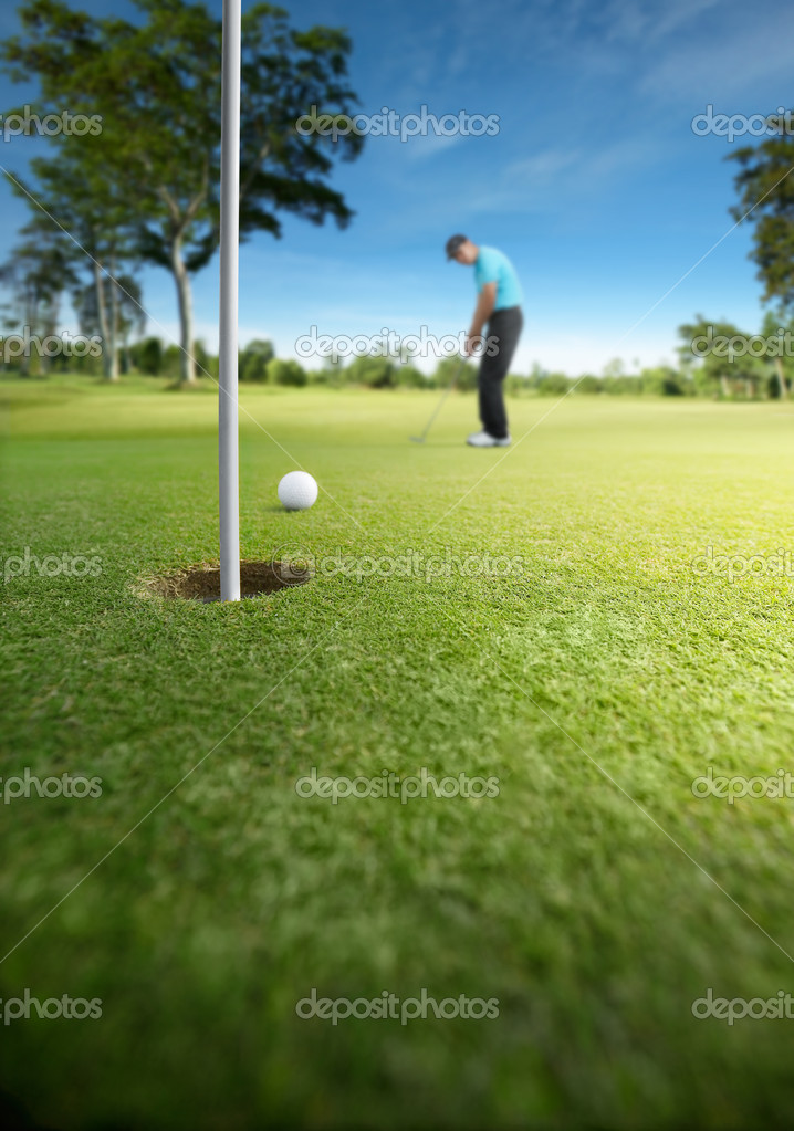 Golfer putting at golf course, shallow depth of field — Stok fotoğraf #8989495