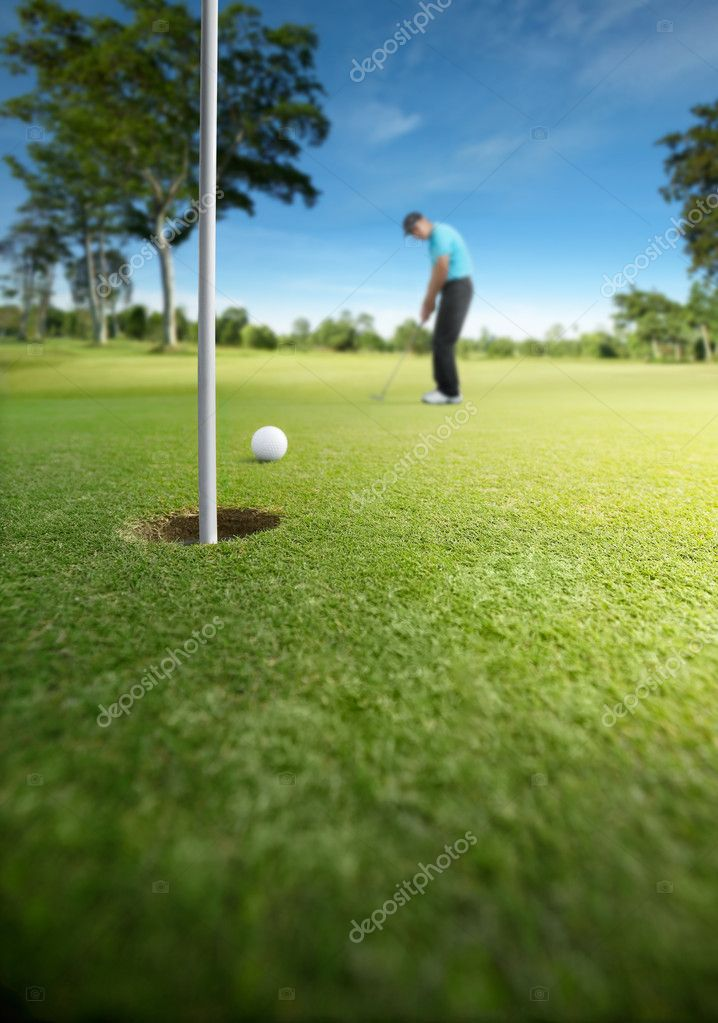 Golfer putting at golf course, shallow depth of field — Lizenzfreies Foto #8989495