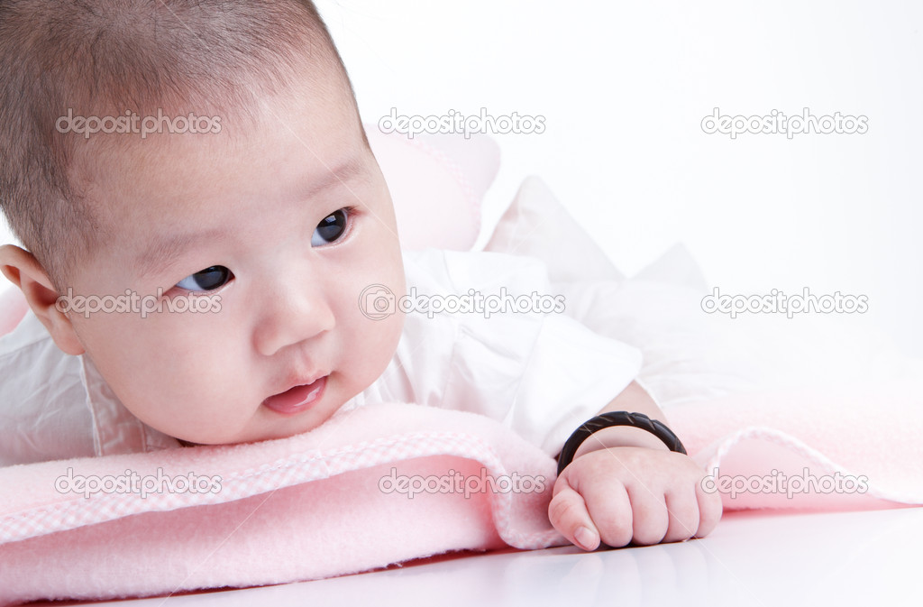 Cute baby with pink blanket looking away — Stockfoto #9061226