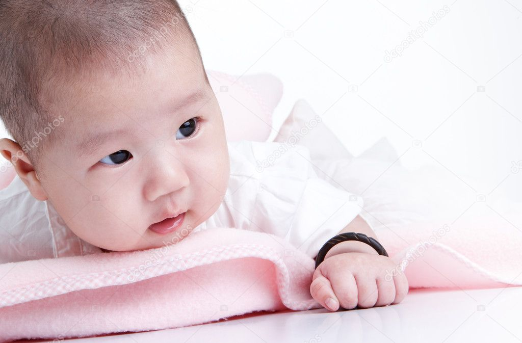 Cute baby with pink blanket looking away  Lizenzfreies Foto #9061226