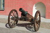 Artillery cannon near wall Peter and Paul Fortress — Stock Photo