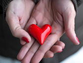 Heart in woman hands — Stockfoto